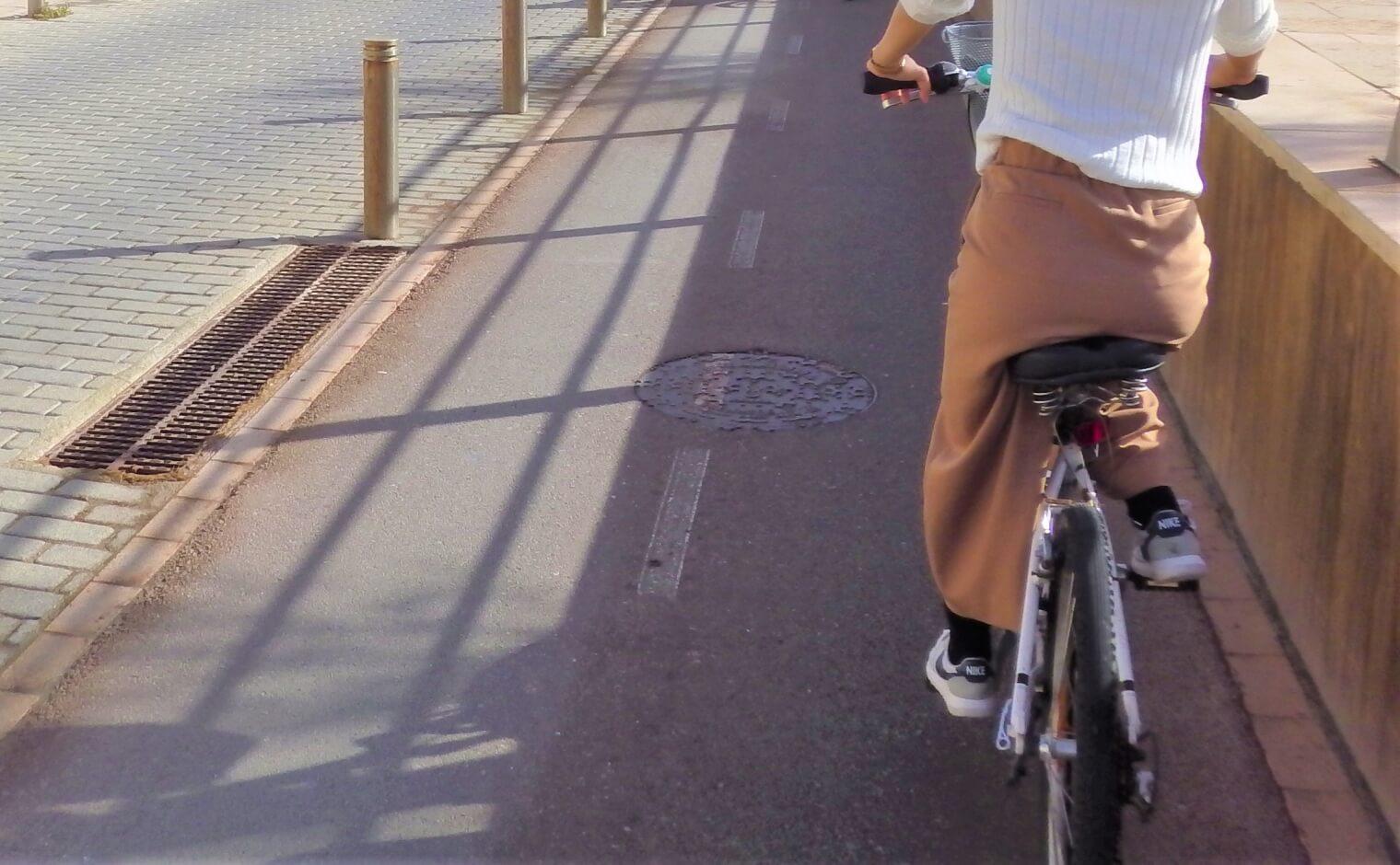 自転車で歩道を走る