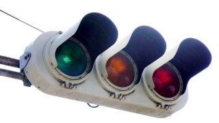 """信号機の色の不思議!? 実際は緑なのに""""青信号""""と呼ぶのはなぜ?"""