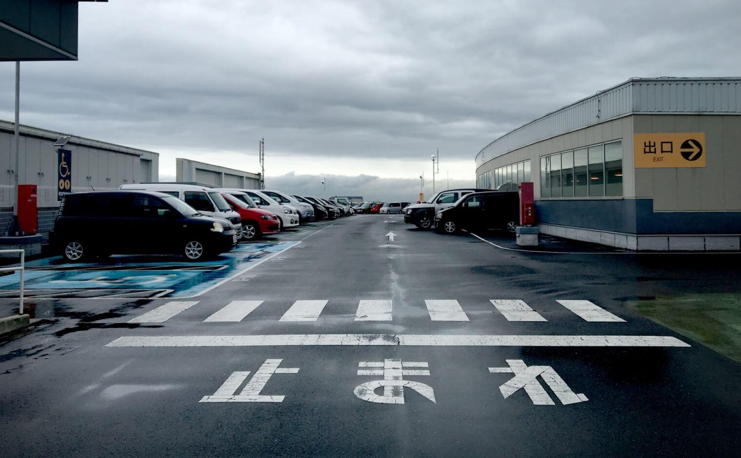 駐車場の止まれ