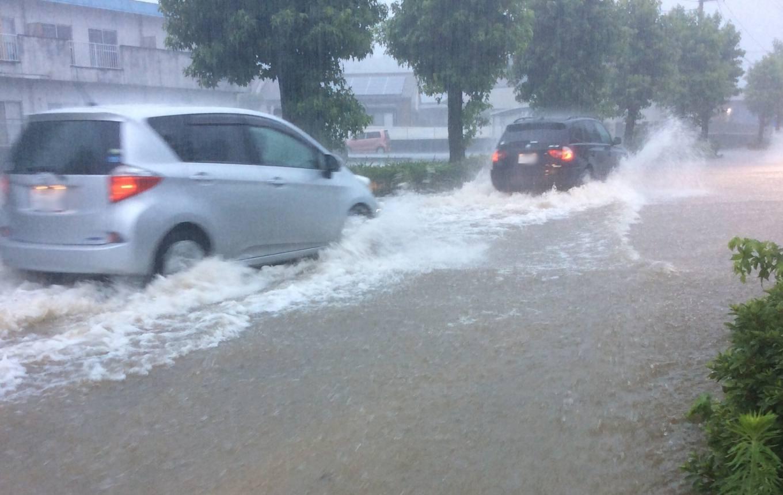 冠水した道路を走行する車