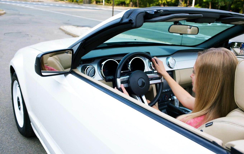 高速道路を運転する女性