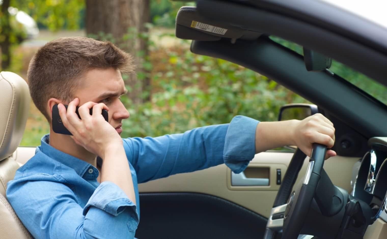 運転中の携帯電話使用