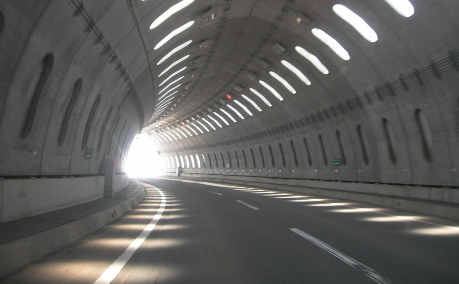 トンネル内での追い越し