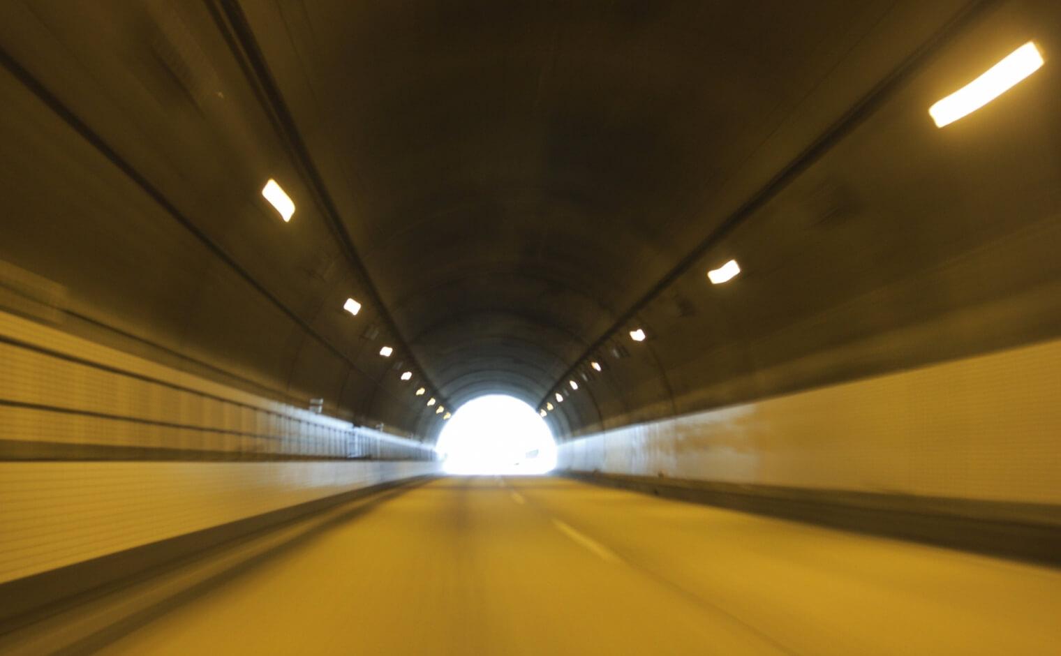 トンネル内でのライト点灯義務